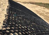 Объемная георешетка ГА ОР на поверхности укрепляемого откоса объездной дороги в Сургуте